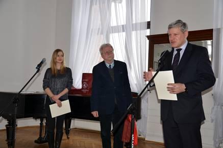 Brzesko Mayor Grzegorz Wawryka greets the participants of the project