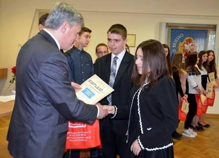 Mayor Wawryka presents the rewards to Magdalena Borowiec and Dawid Czaja