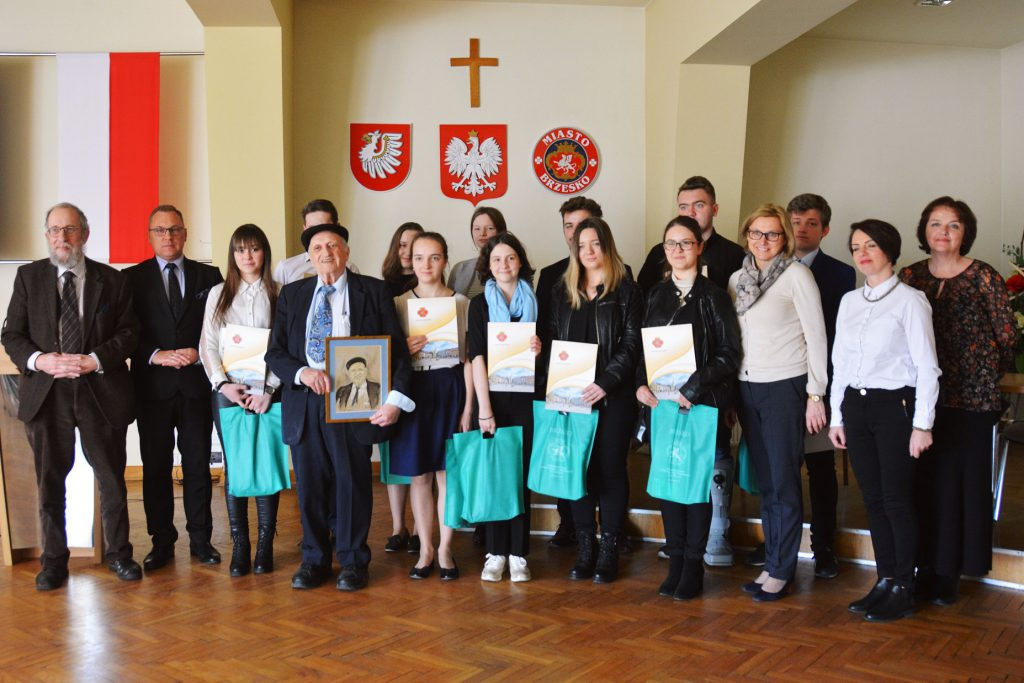 "Rewarded participants of the project ""We know your names"" in Brzesko city hall together with Prof. Webber, Mayor Tomasz Latocha, Dov Landau, teachers and Anna Brzyska"
